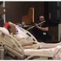 Ameliyat Sonrası Hastasına Müzik Çalan Doktor Büyük Beğeni Topladı